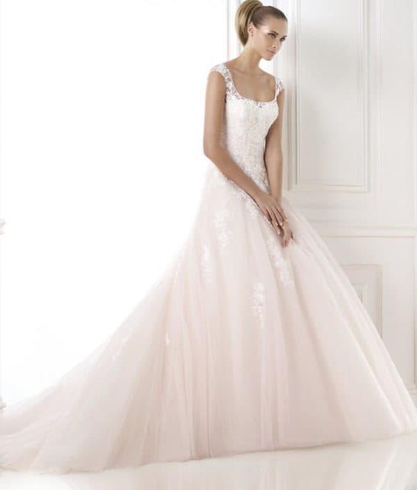 Свадебное платье с нежно-розовым подолом