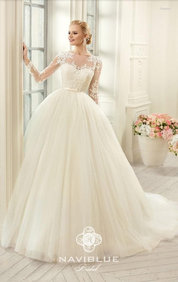Модель пышного свадебного платья с кружевом