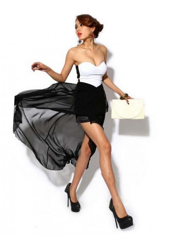 Короткое платье черно-белого цвета со шлейфом