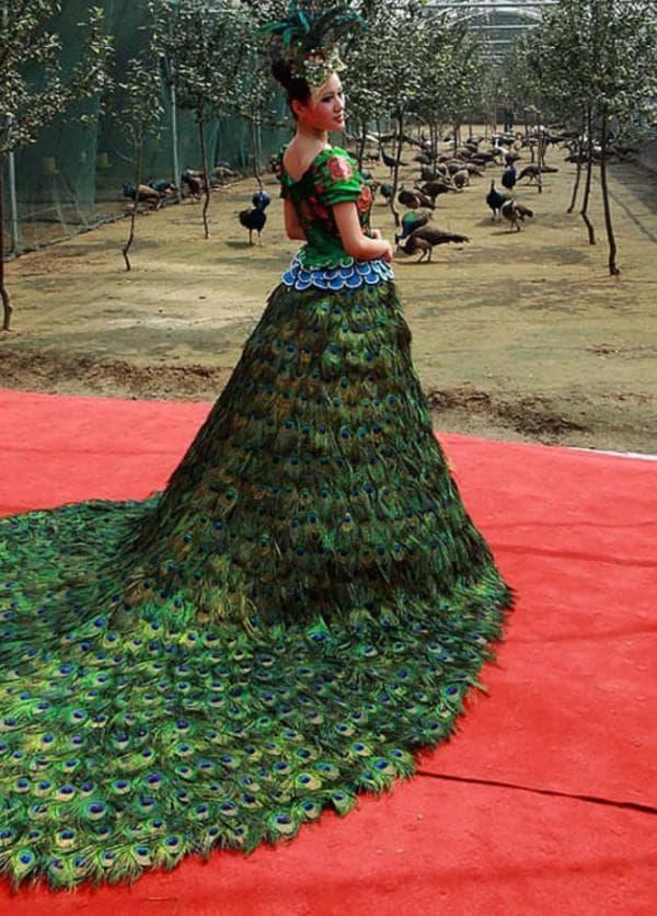 Свадебный наряд из перьев павлина