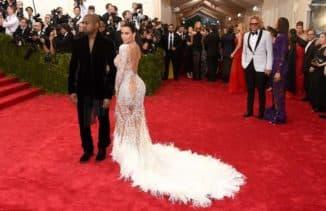 полная женщина в длинном платье