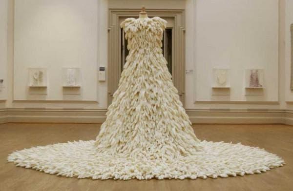наряд невесты из хирургических перчаток
