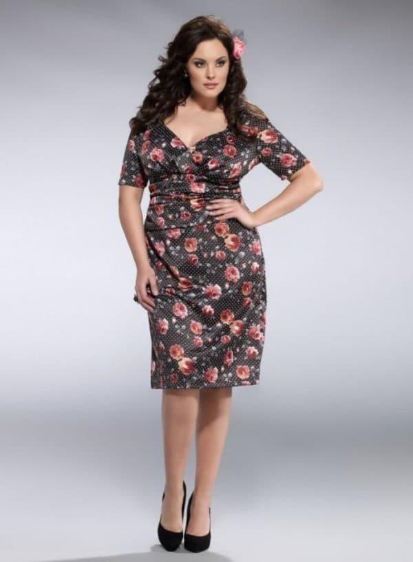 платье-футляр с цветочным узором для полных