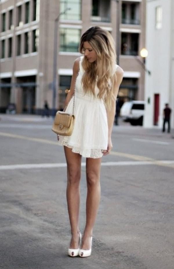 короткое белое платье с ассиметричным подолом