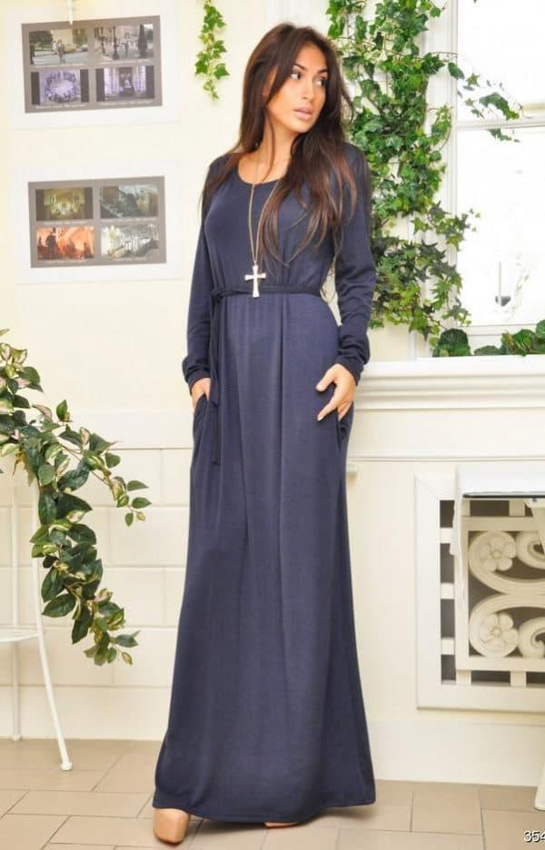 длинное темно-синее платье с длинным рукавом