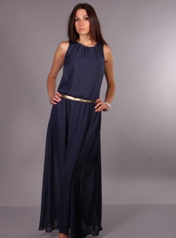 длинное темно-синее платье с золотым поясом
