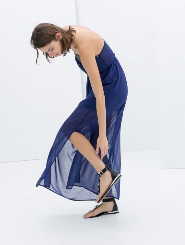 темно-синее платье с сандалиями