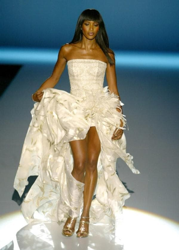 Наоми Кэмпбелл в свадебном платье укороченном спереди
