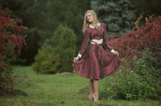 романтичный фасон платья в горошек
