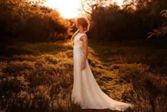 девушка в простом свадеьноем платье