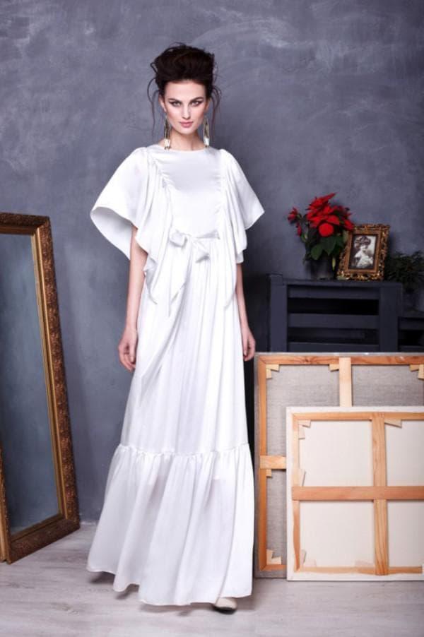 длинное белое платье из атласа