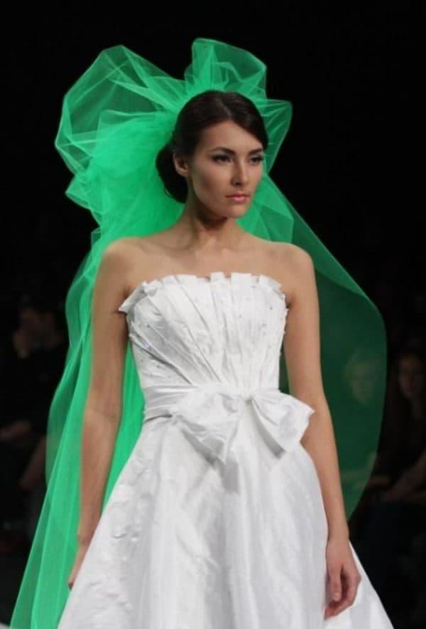 зеленая фата и простое свадбеное платье