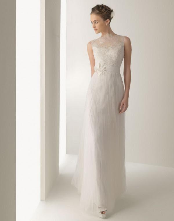 прямое свадебное платье с кружевом н агруди