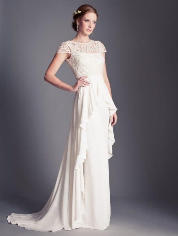 прямое платье невесты с коротким кружевным рукавом и баской