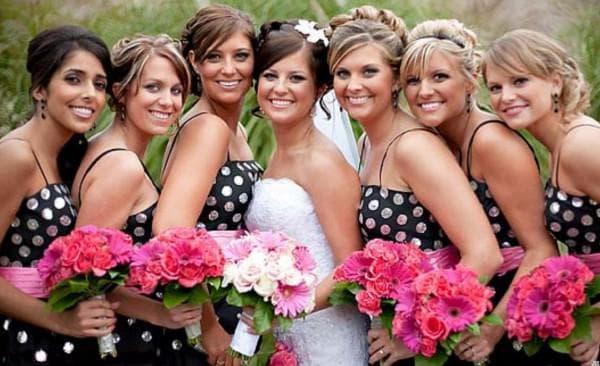 подружки невесты в платьях с горошками