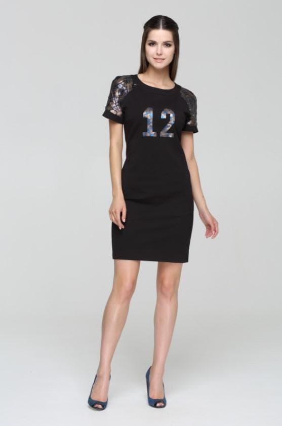 короткое платье с номером на груди