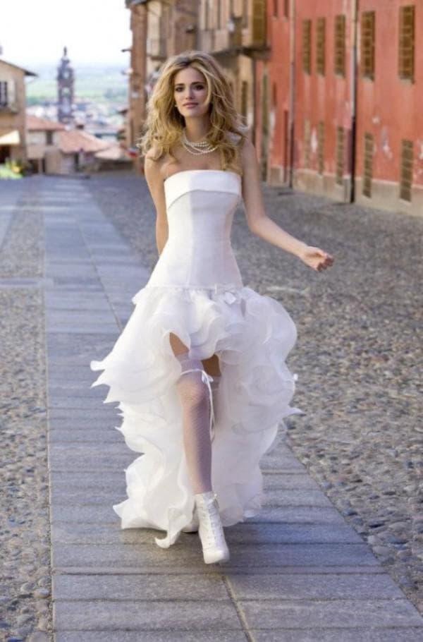 Модное платье невесты с воланами на шлейфе и укороченное спереди
