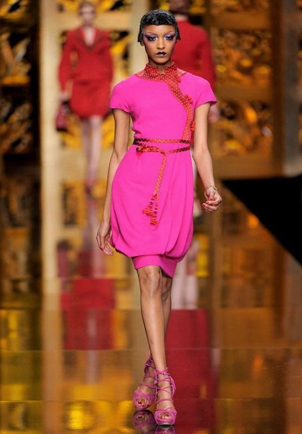 неоновое платье миди от Кристиан Диор