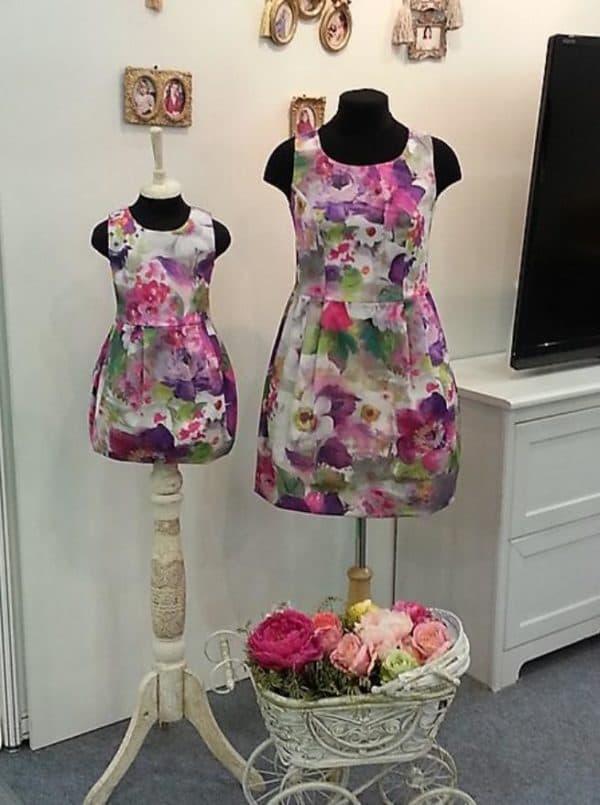 платья в цветок одинаковые