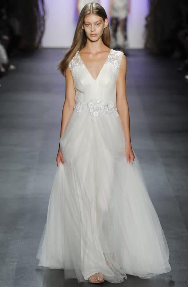 белое платье в пол с пышной юбкой