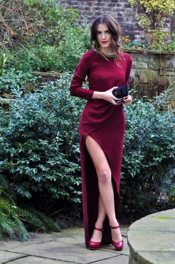 платье с разрезом на ноге винного цвета