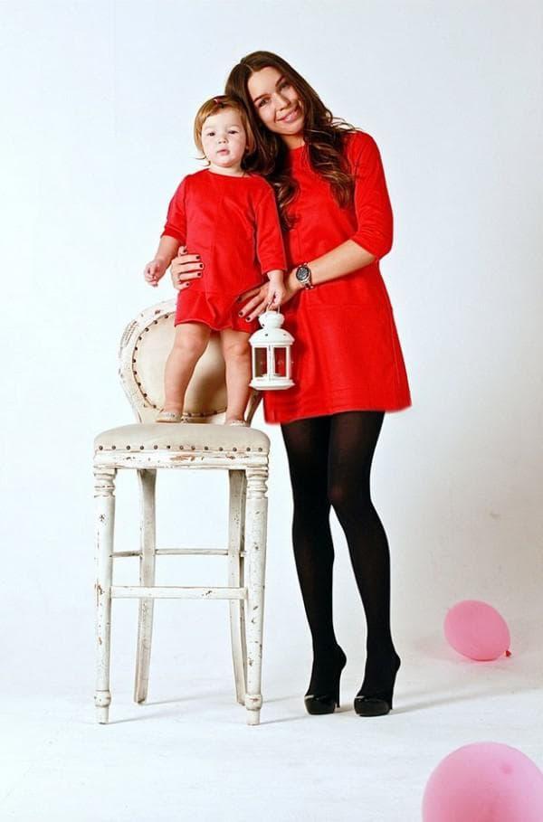 одинаковые осенние платья красного цвета