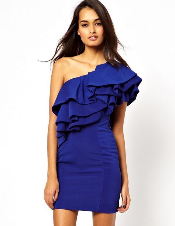 платье с многослойными рюшами на плечах