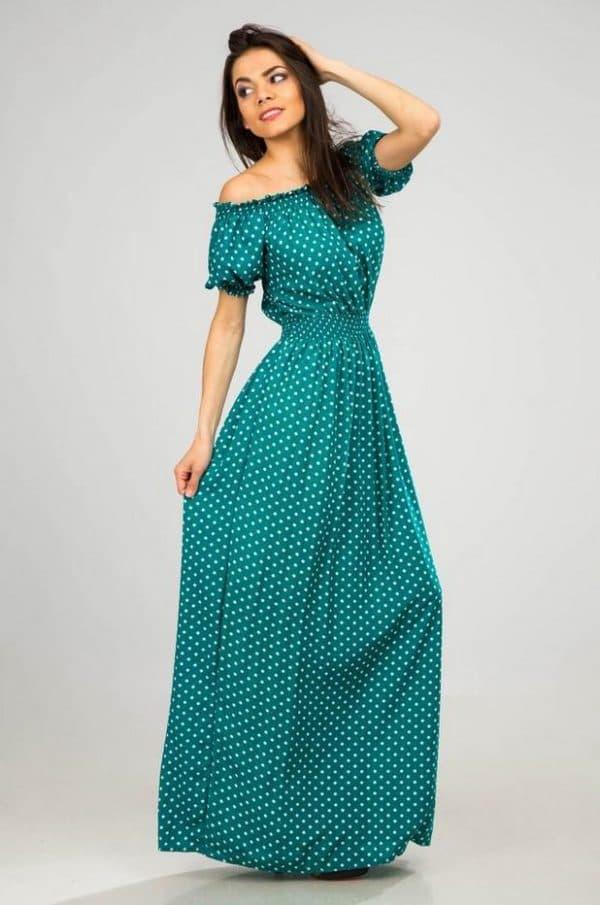 Длинное зеленое платье в горошек