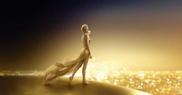 Шарлиз Терон в золотом платье с открытой спиной