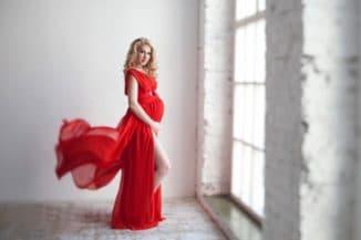 Красное платье в пол для беременной женщины