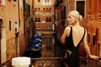 Женщина в платье с открытой спиной