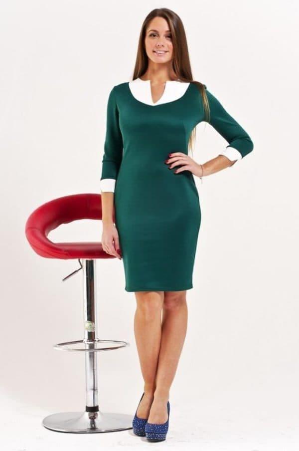 Платье изумрудного цвета в офис