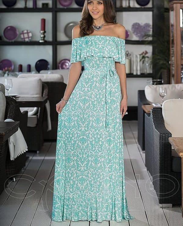 Длинное летнее платье с открытыми плечами