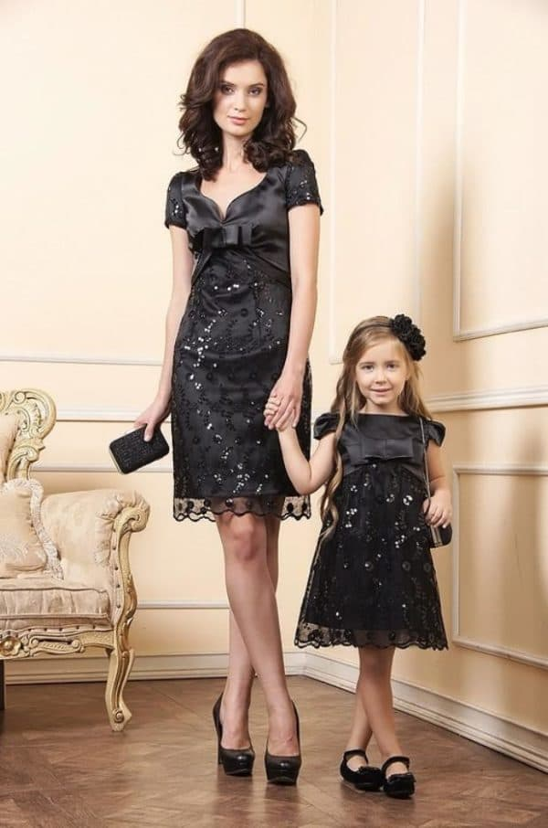 Черные одинаковые платья для мамы и дочери