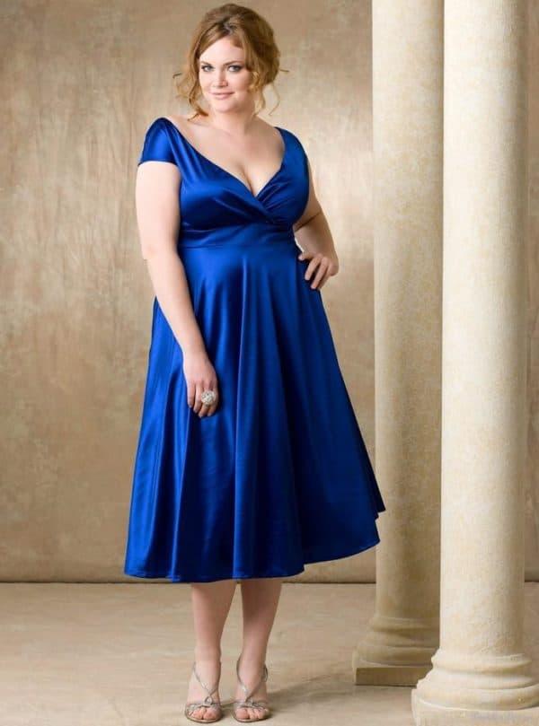 Синее короткое платье для полной мамы на выпускной