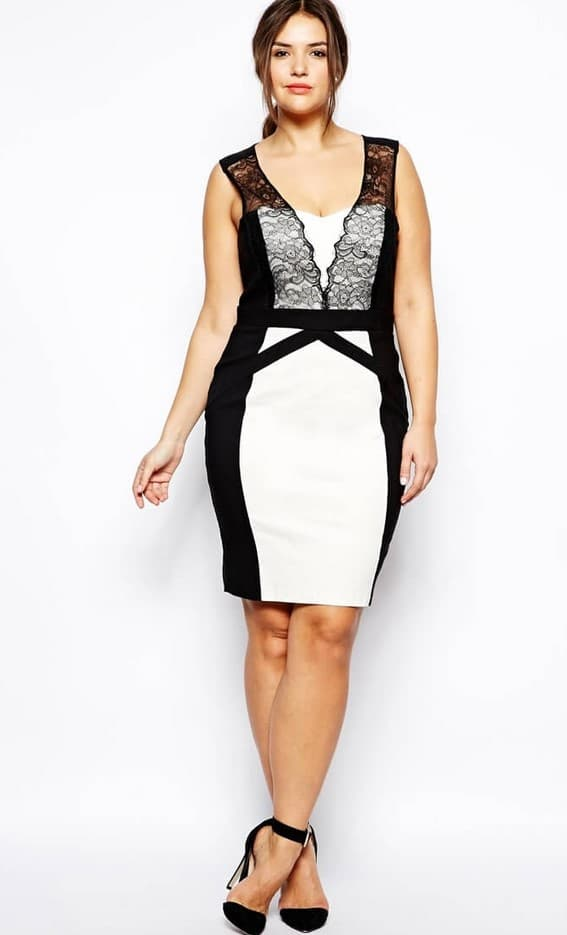 Белое платье-футляр с чёрными вертикальными вставками
