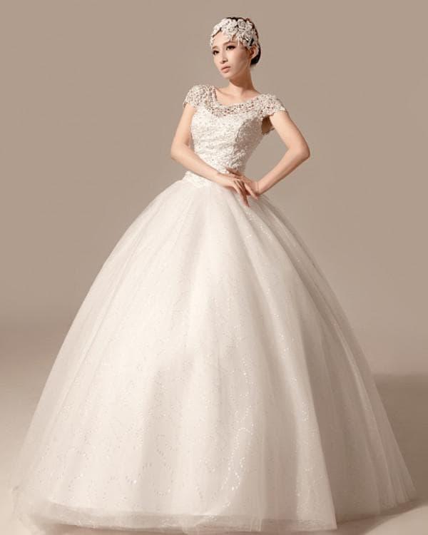 Пышное длинное платье с ажурным рукавом