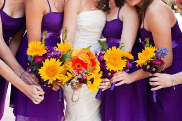Фиолетовые платья подруг невесты под ее букет
