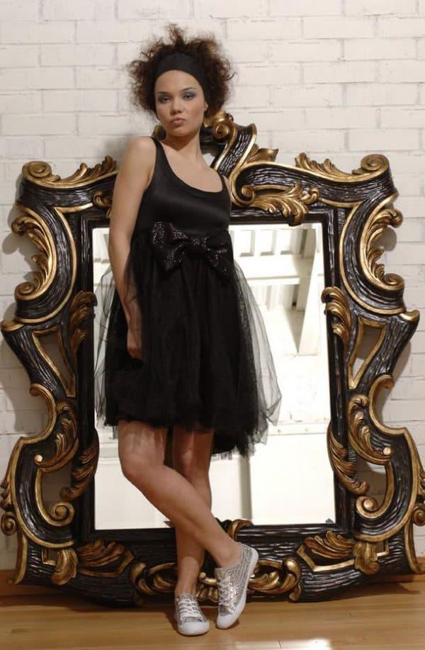 Черное короткое платье с кедами