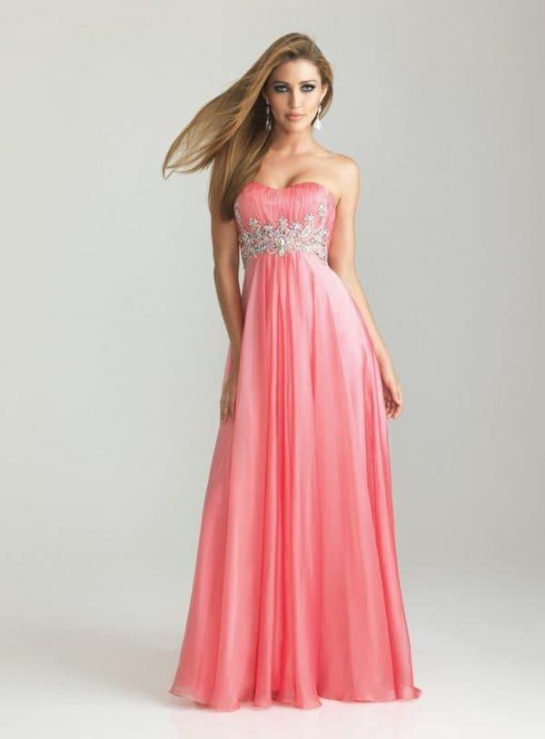 Длинное платье розового цвета с завышенной талией