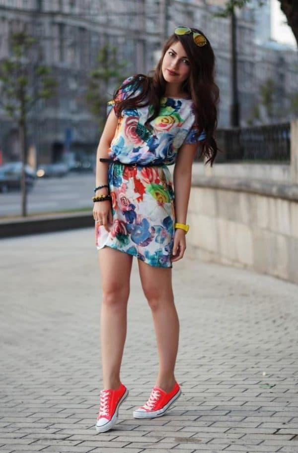 Розовые кеды с разноцветным платьем