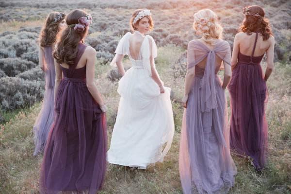 подруги невесты в фиолетовых платьях в пол