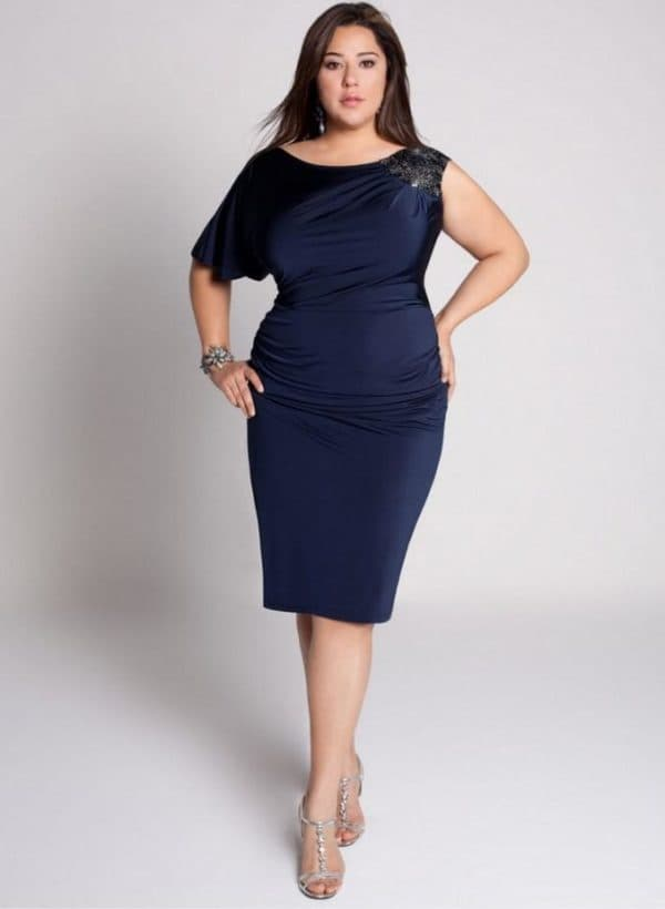 Полная невысокая женщина в маленьком синем платье