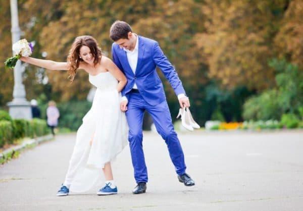 Синие кеды со свадебным платьем