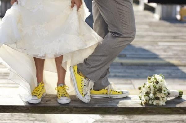 Платье невесты с кедами желтого цвета