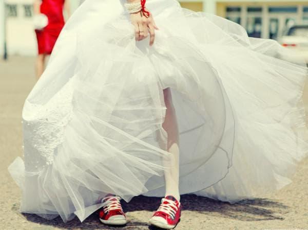 Свадебное платье с красными кедами