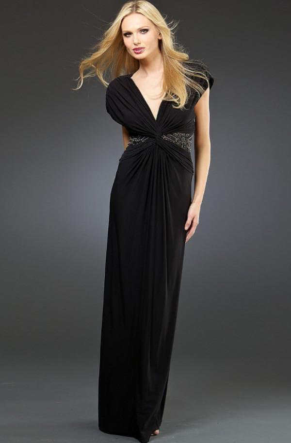 Модель платья в пол с V-образным вырезом