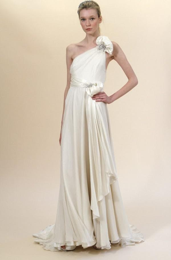 Длинное белое платье в греческом стиле для выпускниц