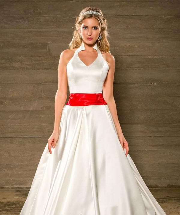 наряд невесты с красным поясом