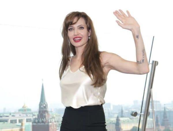 Джоли в платье белый верх черный низ